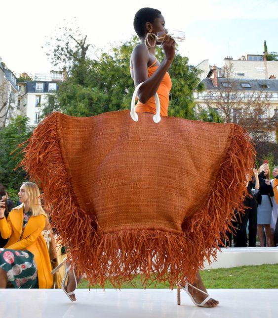 Jacquemus Spring 2019 Paris FW. Essa maxi bolsa foi destaque no Paris Fashion Week que aconteceu em setembro de 2018. Bolsas grandes prometem ser a nova tendencia em moda para a primavera/verão 2019. Confira outros modelos no site! E dicas de como usar essas maxi bags de acordo com o formato do seu corpo!
