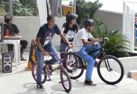 """Há mais de 10 anos, o projeto coordenado pelo professor Rubens Carvalho dá aulas de bike, patins e skate para crianças e adolescentes que gostam de atividades mais radicais. A SBR Rocinha Radicalrecebe alunos de 6 a 17 anos, durante a semana, em dois horários: das 9h às 10h30 e das 16h às 18h30. As...<br /><a class=""""more-link"""" href=""""https://catracalivre.com.br/rio/agenda/barato/ong-oferece-aulas-de-esportes-radicais-na-rocinha/"""">Continue lendo »</a>"""
