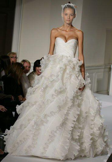 Robe de mariée Oscar de la Renta 2012 : robe bustier à volants Oscar de la Renta - Robe de mariée princesse: 15 modèles de princesse pour mon mariage: