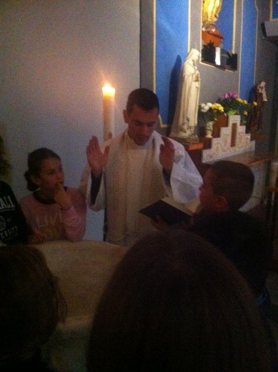 """Le Caté se concrétise à l'église de Ferrieres ou le Père Bastien nous attend en faisant découvrir aux enfants """"Renaître par le baptême"""" !"""