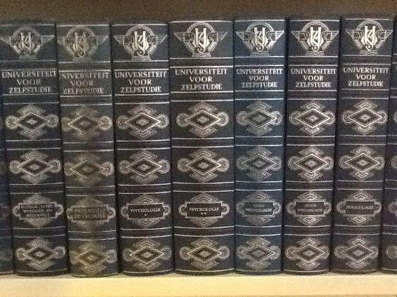 In mijn tiener- en studentenjaren heb ik een bibliotheek aangelegd met boeken uit de serie 'Universiteit voor zelfstudie' die in de eerste helft van de jaren zestig van de 20e eeuw werden uitgegeven door N.V. Uitgeverij maandblad Succes in 's-Gravenhage. Ik heb er veel aan gehad aan die boeken. Natuurlijk niet alleen omdat ze een sieraad zijn in de boekenkast, maar vooral ook omdat ze handig zijn om informatie op te zoeken die niet zo gemakkelijk op internet is te vinden.