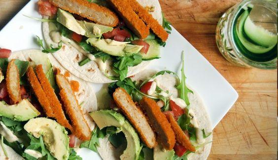 Wraps met kipburger, avocado, tomaat, rucola, komkommer en honing-mosterddressing