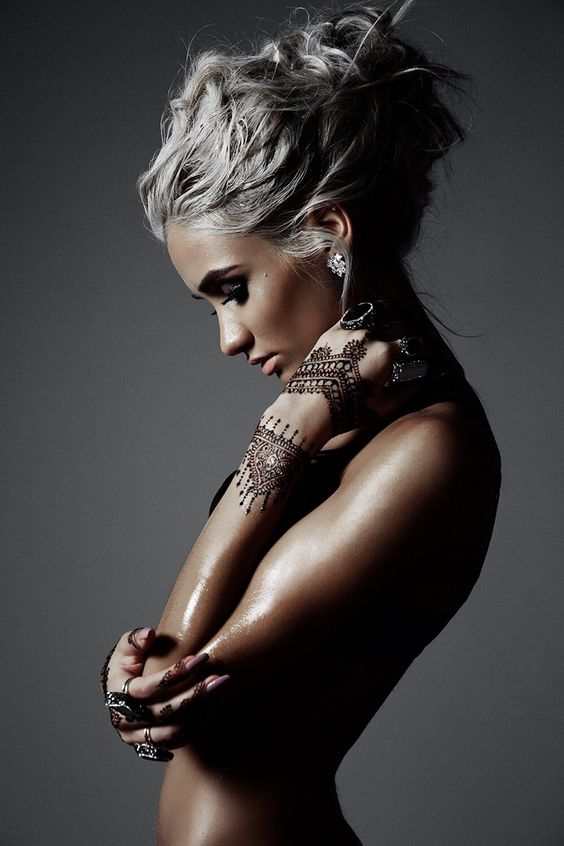 wundervoll weiße haare und tattoos