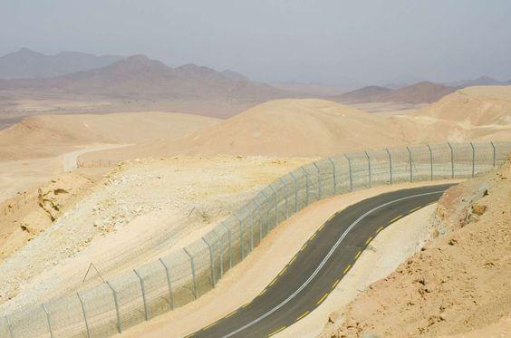 Fronteira entre Israel e Egito - Para controlar a imigração ilegal de povos africanos em Israel, foi construída no deserto uma cerca de arame farpado, câmaras e radares
