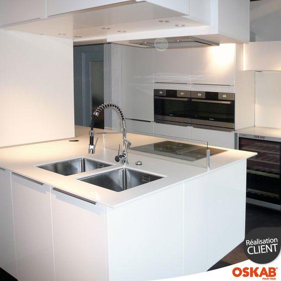 cuisine blanche brillante ultra moderne et spacieuse avec grand