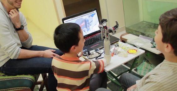 Lee Trabajan en una prótesis para niños compatible con piezas de Lego