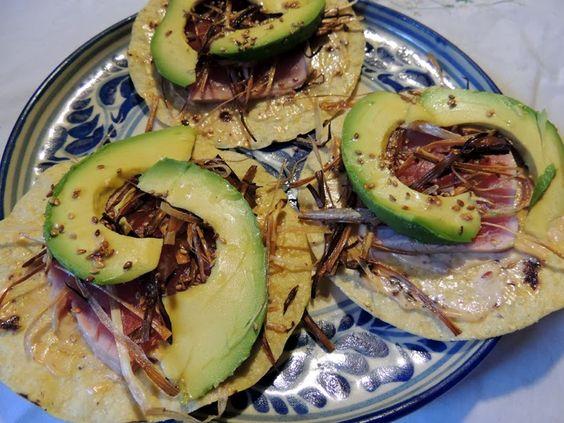 Tostadas de sashimi. Tostadas de filete de atún crudo, con un toque oriental. Para los que gustan del cebiche o ceviche, del sashimi y del pescado crudo, en general