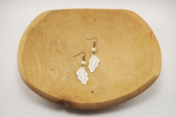 He encontrado este interesante anuncio de Etsy en https://www.etsy.com/es/listing/127732564/ivory-lace-leaf-and-czech-glass-pearl