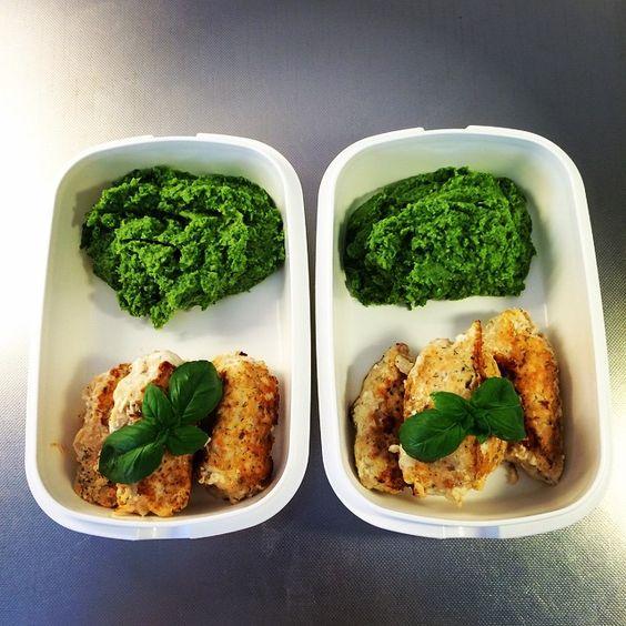 Mixa lax & torskfilé, blanda med citronpeppar, salt, dill och ett ägg. Stek till biffar och servera med moset gjort på mixad kokt broccoli, kokta ärtor och smör.