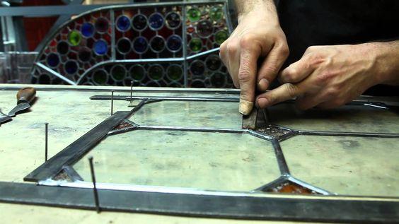 Excelente vídeo elaborado por los profesionales de la productora la Creartiva mostrando el trabajo de vidriero. Puede verse entre otros en la exposición del Palau Macaya de Barcelona. Se muestra el trabajo de varios oficios artesanos como los que construyeron los edificios del arquitecto Josep Puig i Cadafalch.