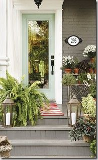 Great way to dress up an entry way. Place some potted plants and flowers at different levels to create an attractive entrance.