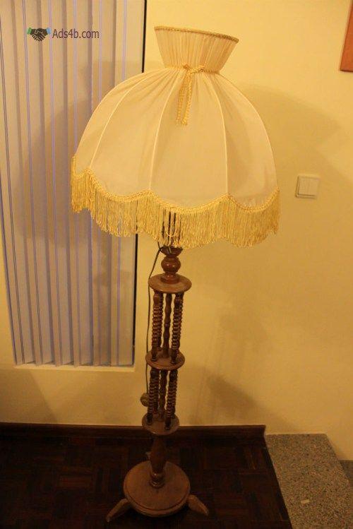 Candeeiro com pé para sala Candeeiro de duas peças, pé e chapéu, com +/- 1,60 mt de altura.