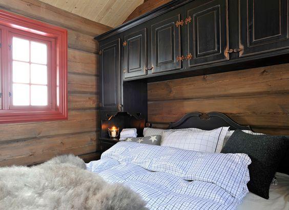 Hytte soverom med mye oppbevaring   skap på sider av og over senga ...