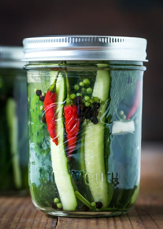I may have found the perfect recipee to dip our toes into the experience of pickling/ canning: Quick Refrigerator Dill Pickles (and they are pretty!)