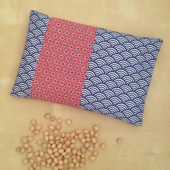 bouillotte s che rectangulaire aux noyaux de cerise avec sa housse en tissu japonais bleu et. Black Bedroom Furniture Sets. Home Design Ideas