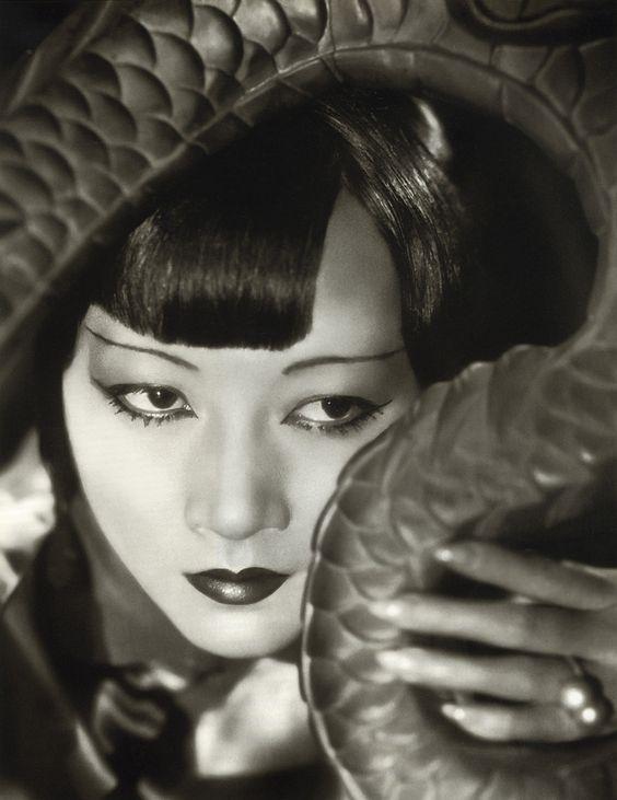 """Anna May Wong. Ärger mit der MGM – die in ihrem jüngsten Film """"Across to Singapore"""" drastische Zensurschnitte vorgenommen hatte – veranlasste sie schließlich, im Mai 1928 nach Europa zu gehen."""