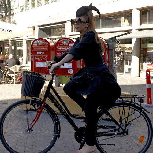 Lady Gaga rides bikes  Moster platforms, riding barefooted and wearing SPDs.