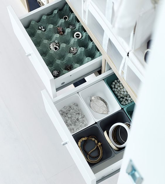 Gavetas IKEA abertas. No interior está um tabuleiro grande para ovos,  que serve para guardar bijuteria.