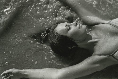 Bernard Plossu, Mari en la playa de Zipolite, Zipolite, Oaxaca, México, 1965.: