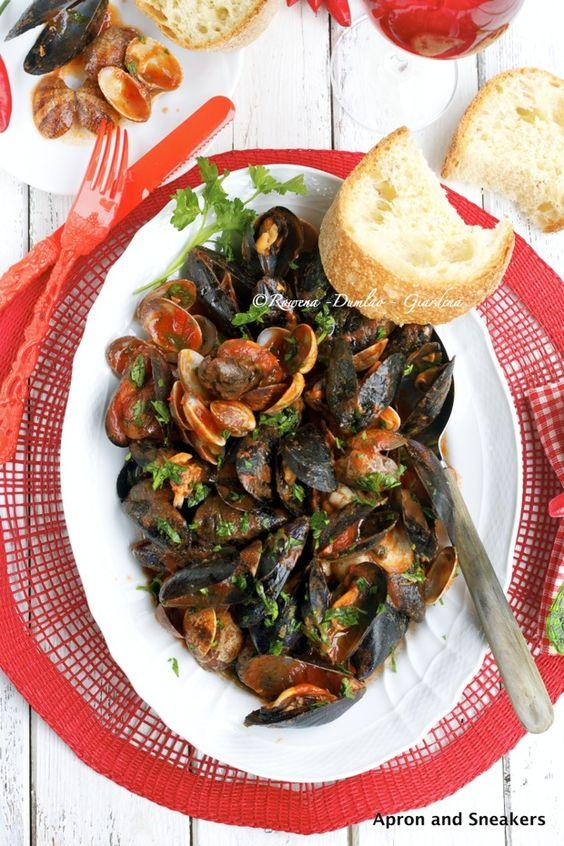 Sauté di cozze e vongole: Mussels Clams, Seafood Recipes, Clams Mussels, Elaine S Seafood, Clams Sautéed, Favorite Recipes, Blogger Recipes, Clams Food, Eatin Seafood
