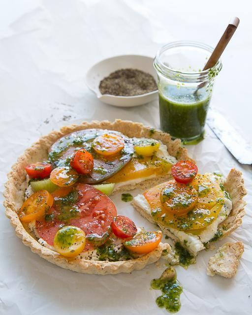Tomaten-Tarte mit Basilikumöl und Mandel & Pfeffer-Kruste