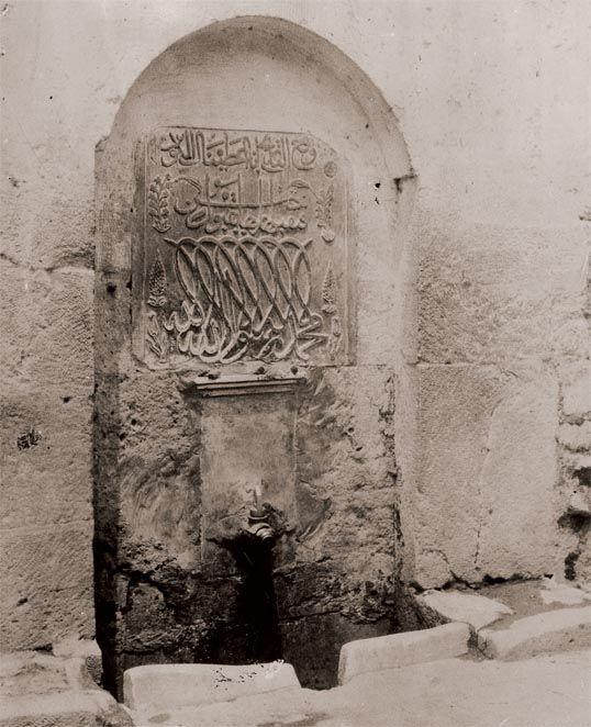 UŞŞAKİ TEKKESİ ÇEŞMESİ Yedikule, İstanbul. Çeşmenin ayna taşında, 16. yüzyılın ünlü hattatı Ahmed Karahisarî'nin, günümüzde Türk ve İslâm Eserleri Müzesi'nde bulunan albümünde yer alan, müselsel besmelesi üslûbundaki Kelime-i Tevhid kitabesi yer alır. Uşşakî Tekkesi Çeşmesi, henüz o dönemde, bezemenin çok farklı algılandığının en güzel örneğidir. (19. yüzyıl sonu-20. yüzyıl başlarından cam negatif):