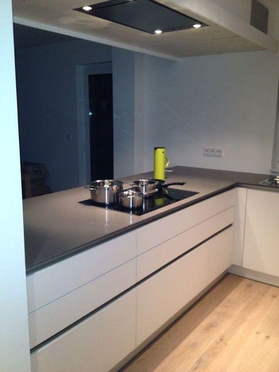 Küche küche glasfront grau : Grifflose Küche mit Glasfront - Fertiggestellte Küchen - Schüller ...