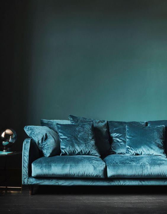 Installez Vous Confortablement Dans Ce Canape Bleu En Velours Qui Saura Seduire Les Amateurs De Deco Canape 5 Places Canape Bleu Canape