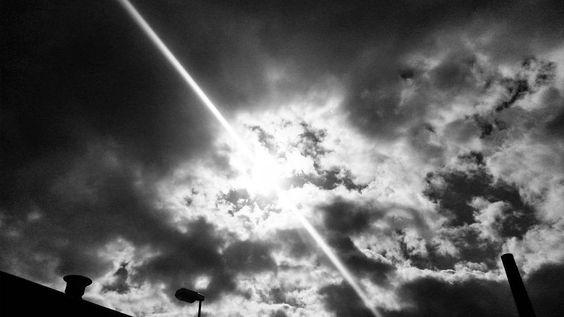 Gestern hat das Wetter trotz Gewitterankündigung sich gut in München gehalten :) Heute ebenfalls in Köln. Da vergeht das Anstehen bis zum Einlass für Noel Gallagher doch gleich viel schneller  #Köln #München #Cologne #munich #germany #sun #fernweh #reise #konzert #nghfb #landscape #clouds #sky #skyline #cloudporn #photo #photogtaphy #palladium #today #black #white #instagood #instadaily #sunrise #nature #naturelover #blue #spring #cold by poldicia