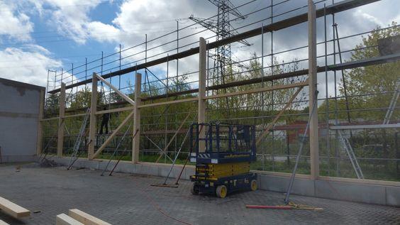Holzhallenbau von MCB,  Scherenbühnen werden dazu auch benötigt www.zimmerei-massivholzbau.de