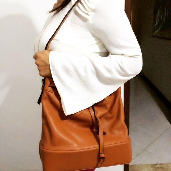 Look do dia  Blusa branca: #bomretironamoda  Bolsa de saco caramelo: #zara: