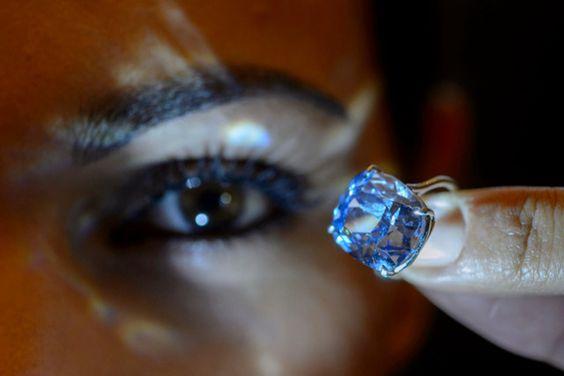 Le «Blue Moon Diamond» est le plus gros diamant bleu de forme coussin jamais proposé aux enchères.