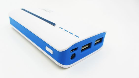 Batería Externa de 12000 mAh modelo 9593 - Batería Externa de 12000 mAh Con la Batería Externa de 12000 mAhutiliza todos tus dispositivos todo el día sin preocuparte por la batería.  Excelente para viajes largos, para personas que usan intensivamente el móvil.  Diseño moderno y elegante.  Compatible con todos los Teléf... - http://www.vamav.es/producto/bateria-externa-de-12000-mah-modelo-9593/