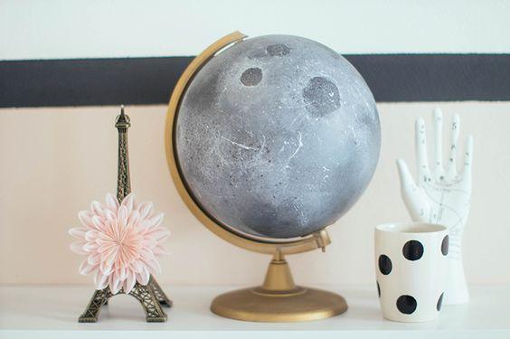 DIY lunaire ou comment transformer un globe terrestre en lune. Tout ça en quelques étapes faciles grâce à ce tuto pas à pas. Pour une déco de chambre à rêver.