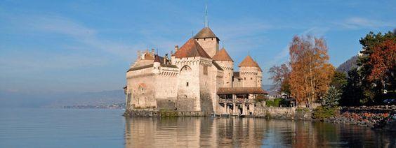 El castillo de Chillon se encuentra a orillas del lago Lemán, en la comuna de Veytaux, en Suiza. Tiene forma oblonga, con unas dimensiones de 110 m de largo por 50 m de ancho y una altura máxima de 25 m. está construido sobre una roca ovalada de piedra caliza que se adentra en el lago Lemán, entre Montreux y Villeneuve.
