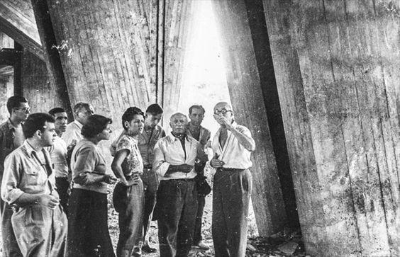 Le Corbusier et Pablo Picasso sur le chantier de l'Unité d'habitation de Marseille, 1949, Photographe non mentionnécol
