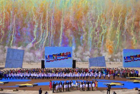 OUISTREHAM -. Fumaça colorida enche o céu enquanto os veteranos da Segunda Guerra Mundial mantêm a atenção ladeados por crianças durante uma cerimônia de comemoração internacional do Dia D na praia de Ouistreham, Normandia, em 6 de junho de 2014 marcando o 70 º aniversário do desembarque dos Aliados da Segunda Guerra Mundial na Normandia. AFP PHOTO / POOL / IAN Langsdon.