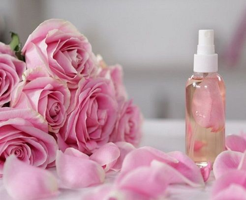 Da dầu có nên sử dụng nước hoa hồng không
