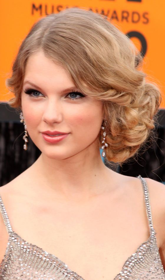 Wondrous 10 Stunning Curly Homecoming Hairstyles Hairstyles Homecoming Hairstyles For Women Draintrainus