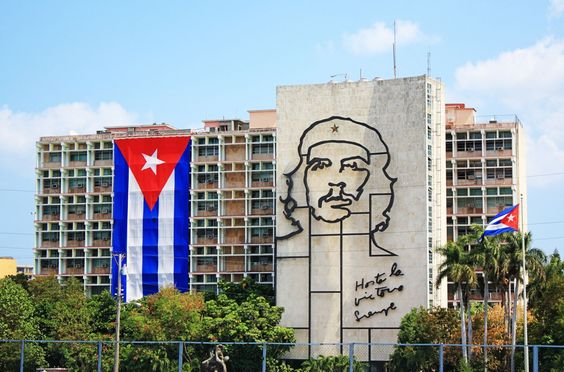 Cuban flag and sculpture of Che Guevara on facade of Ministry of - bar f r k che