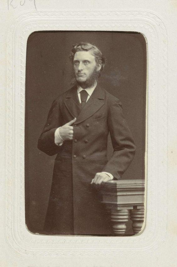 W.G. Kuijer | Studioportret van een man met grote bakkebaarden uitlopend in een baard, W.G. Kuijer, c. 1863 - c. 1866 |