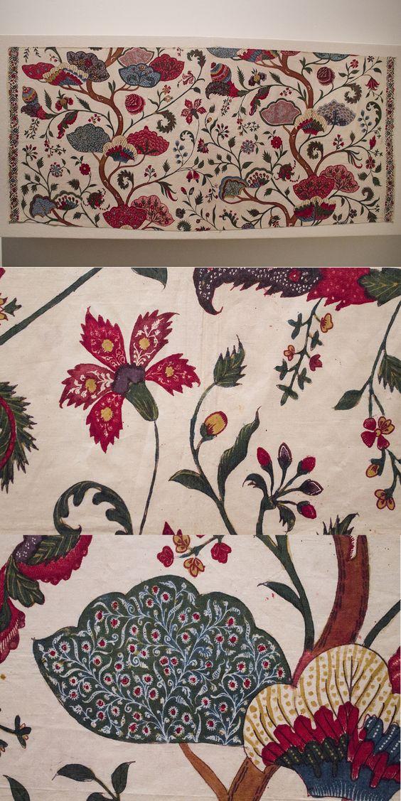 Chintz coupon with flower and tree motifs. Collection page: https://www.modemuze.nl/collecties/coupon-van-sits-met-motieven-op-witte-grond-contouren-zwart-en-rood