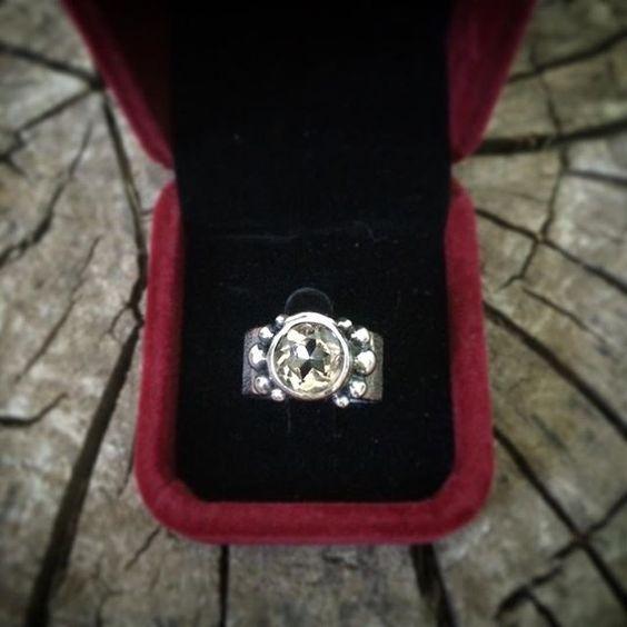 Hay mujeres que quieren un anillo de compromiso sutil y tradicional, hay otras que quieren un six.p #sixp #elamornosemideenkilates #anillos #anillosdecompromiso