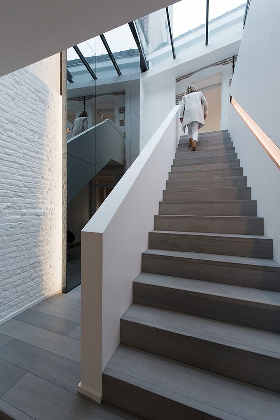 Maison contemporaine design blanc int rieur moderne escalier parquet gris verri re for Interieur maison moderne blanc