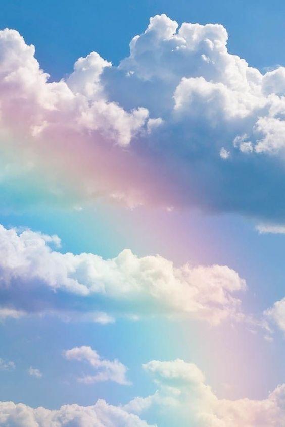Deze是te fel。 Maar vind wel mooi bovenaan wat wolkjes waar achter wolkjes heel subtiel een beetje in pastel tint een regenboog te zien is,dus heel subtiel