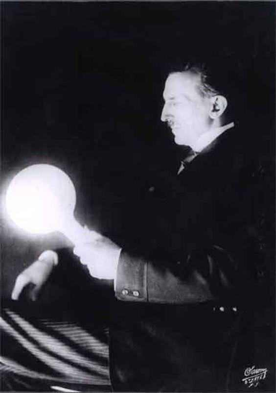 Esta imagen muestra una bombilla llena de gas, que Tesla desarrolló en la década…                                                                                                                                                                                 Más