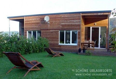 """Eifeltraum Asia & Mediterrana    Entspannen im Land der Vulkane. """"Eifeltraum Asia & Mediterrana"""" sind zwei jeweils 62 m² große Haushälften in einem architektonisch stilvollen Holzhaus, mit Terrasse, Sauna und Gussofen."""
