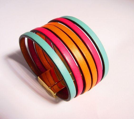 #Bracelet de créateur cuir fermoir en zamac (bain d'or). Ce bijou a été confectionné avec 6 lanières de cuir plat 5mm et est orné d'un fermoir aimanté en zamac plaquage en bain d'or. largeur sur poignet : 3 cm. Fabriqué en Corse. 39€