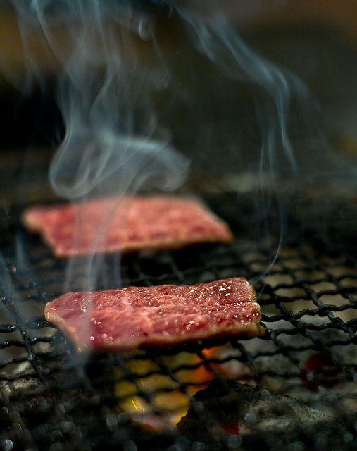 網で肉を焼く画像