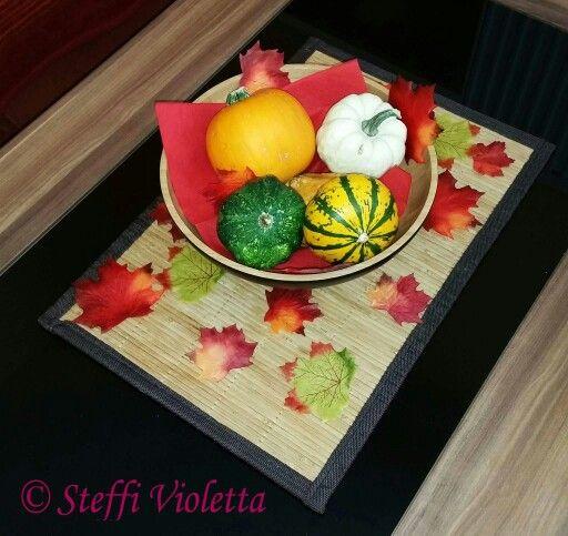 Herbstdeko: Schale mit Zierkürbissen und bunten Dekoblättern. Wer mag, gibt noch Kastanien dazu. :)